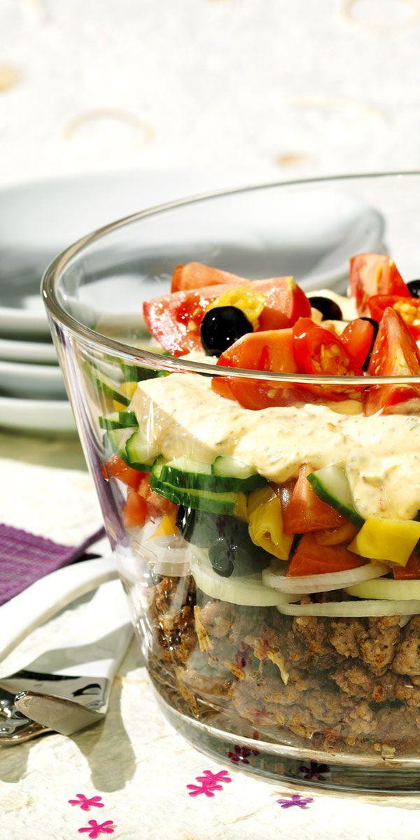 Tolles Rezept für die nächste Party! Griechischer Schichtsalat mit Hackfleisch und Oliven - sieht super aus und schmeckt köstlich.