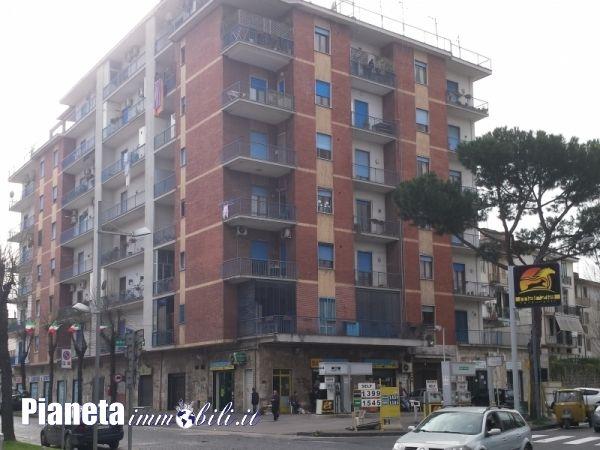 In vendita ad Aversa (CE), appartamento in fabbricato al piano alto con ascensore e composto da salone a vista, cucina abitabile, due camere, ripostiglio, bagno e balconi.