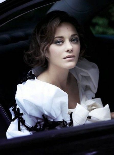 Marion Cotillard in Christian Dior. Iconic actress in a renowned fashion house. I pinned this because of how she wears it, the focus remains on her. And that's what makes iconic style