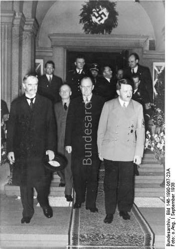 Bad Godesberg, Hotel Dreesen.- Vorbereitung des Münchener Abkommen. Adolf Hitler geleitet Premierminister Neville Chamberlain nach der nächtlichen Besprechung zum Wagen, Mitte: Dolmetscher Paul Otto Gustav Schmidt, dahinter Reichsaußenminister Joachim von Ribbentrop, 22./23. September 1938