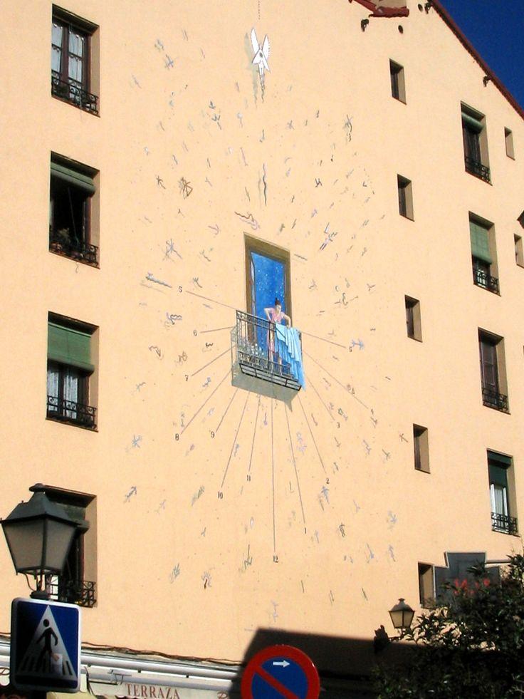 Reloj de sol en el lateral de un edificio de la calle del Sombrerete.