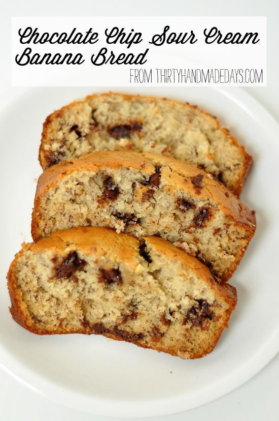 Another super good banana bread recipe- this time with sour cream and chocolate chips. Moist, easy and delicious! Our family loves it. | http://www.thrityhandmadedays.com