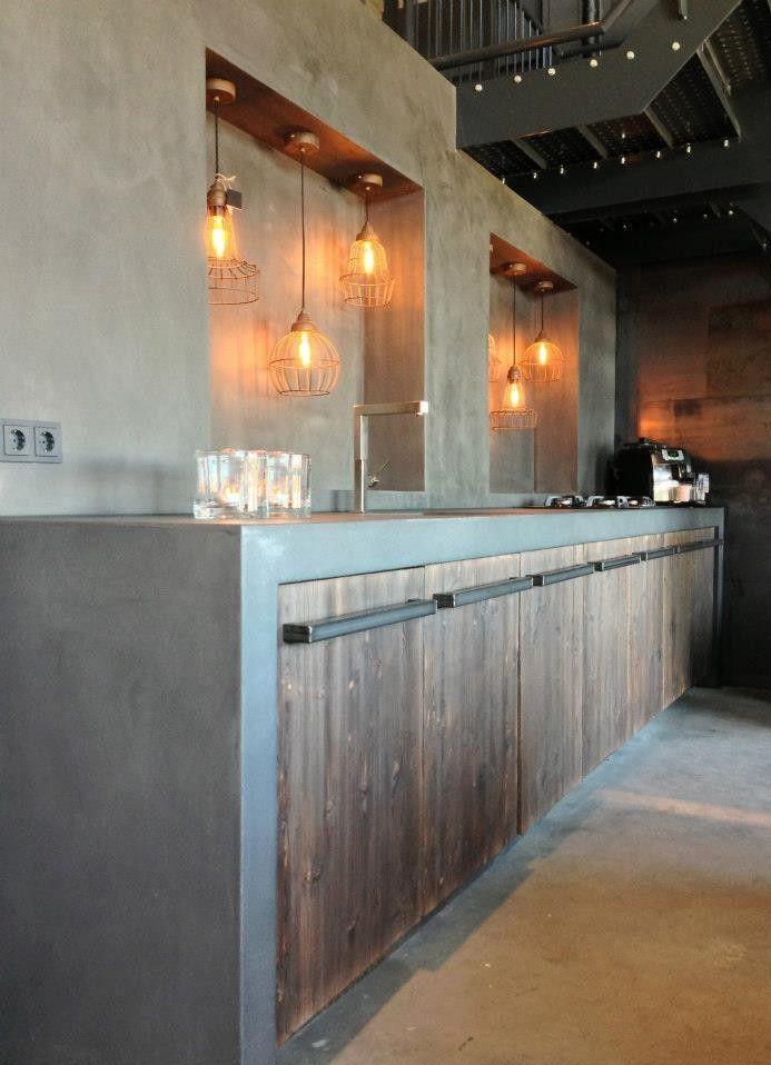 Stoere betonlook keuken met barnwood kastjes (Outdoor Wood Kitchen)