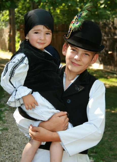 Miruna and Marius from Gura Râului (Bocca del Rio) in Sibiu #Transilvania    The #RomanianBlouse childhood in #Romania #RomanianChildren
