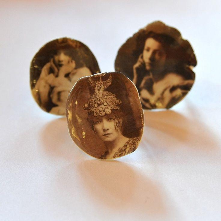 Collection de bagues, broches, et boucles d'oreilles d'après Sarah Bernhardt , sa devise et ses aimoiries.
