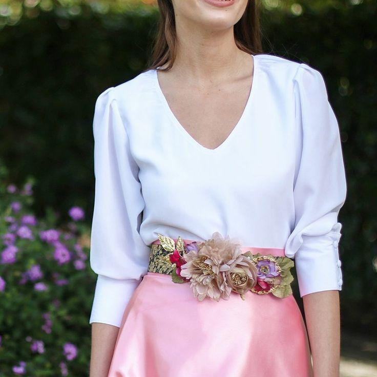 Blusa blanca con escote en pico y puños con botones forrados hecho a mano con cinturón de flores y falda de raso rosa. Look de boda hecho a medida y a mano en Galicia para ser una invitada perfecta, España - Aluèt