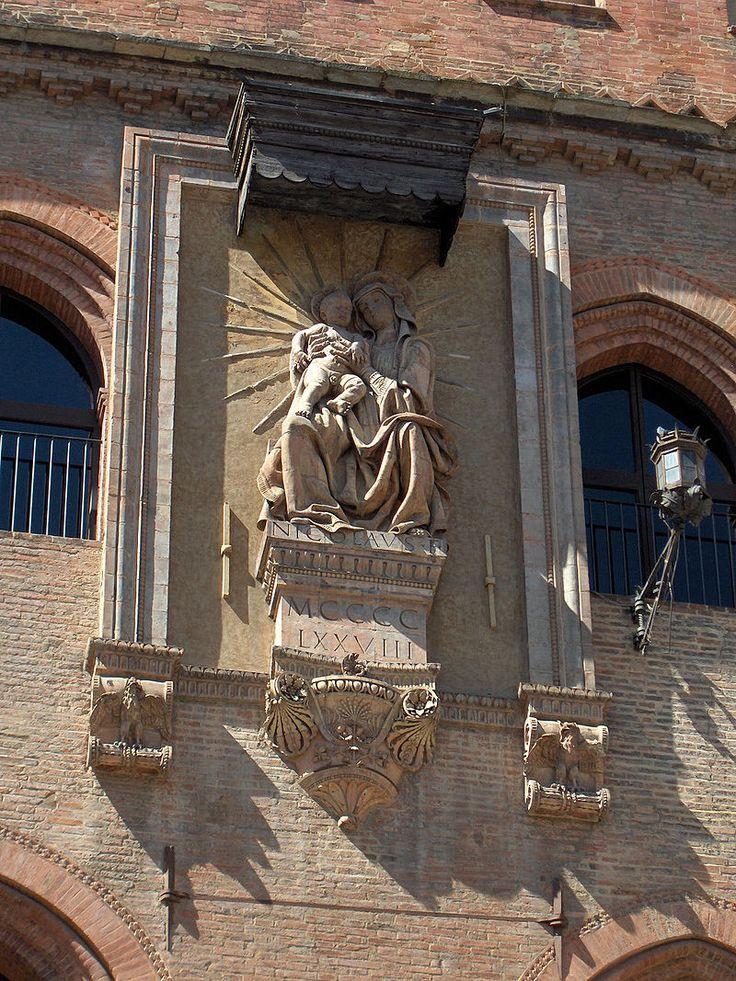 https://en.wikipedia.org/wiki/Niccolò_dell'Arca. Рelief of Madonna di Piazza (1478) on the wall of the Palazzo Comunale in Bologna.