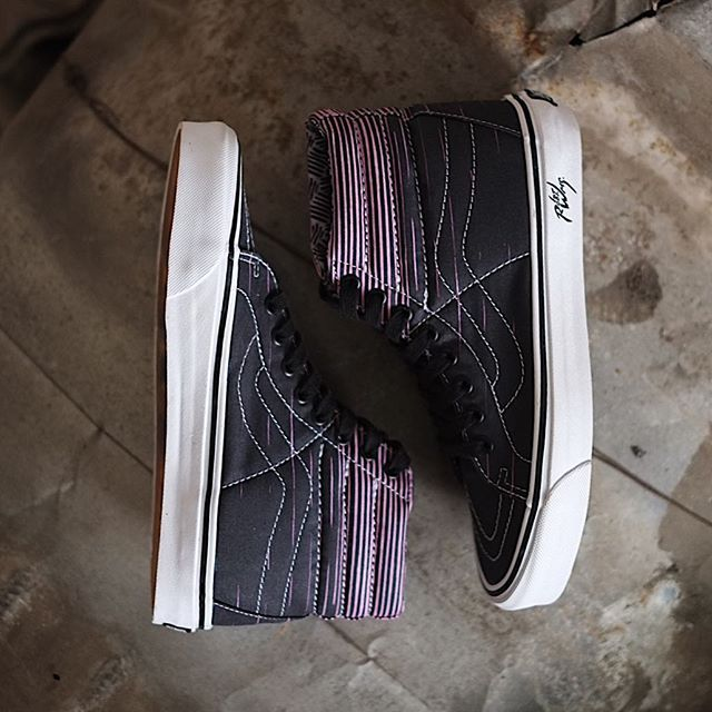 "Vans has collaborated with one of America's most maligned underground artists, Robert Williams, to bring his psychedelic artwork to life in a limited edition Vault by Vans. In this frame is The Sk8-Hi 38 Decon LX, a deluxe version of Vans' iconic high-top silhouette, reveals Robert's intricate line art from the ""Flaming Cobras"" painting, which has been adapted to the shoe's upper and lining. #vaultbyvans #vansxrobertwilliams _ Shop now! ORE STORE Untung Suropati 83 Surabaya Mon - Sat ; 11AM…"