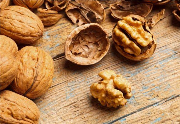 Ceviz: Yüksek kolesterolü düşüren ceviz, damar tıkanıklıklarını ve şeker hastalığı tedavisine yardımcı oluyor. İçerdiği demir sayesinde kansızlığa iyi geliyor.