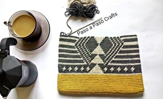 Crochet tapestry clutch bag pattern on the go! By Paso a Paso Crafts at Instagram. Boho bag. Wayuu bags.