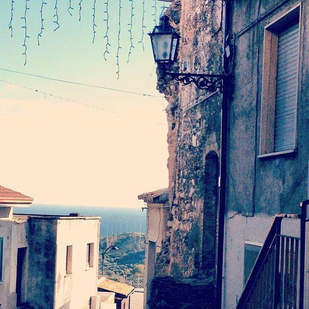 Monasterace Superiore, tra le case si vede il mare