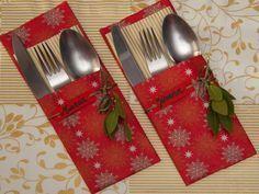 Tutorial detallado para hacer portacubiertos utilizando servilletas de papel con motivos navideños.