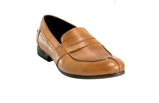 Boina, chaleco y camisa blanca con flor en el ojal. Sí, sería complicado combinar el look 'chulapo' en 2012, pero uno puede resignarse a llevar el zapato perfecto para salir a la calle más chulo que un ocho. El afortunado es de Boss Orange.