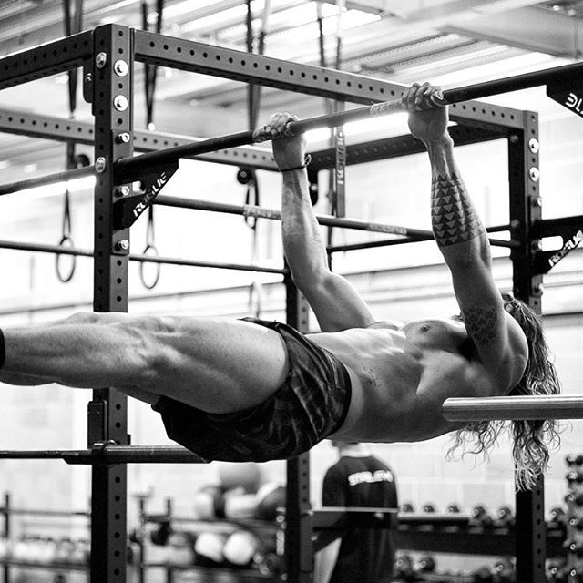 Pin for Later: This Is How Jason Momoa and the Justice League Cast Get in Superhero Shape The Aquaman actor does serious body-weight workouts. There's no denying the results of his front-levers! Whew!