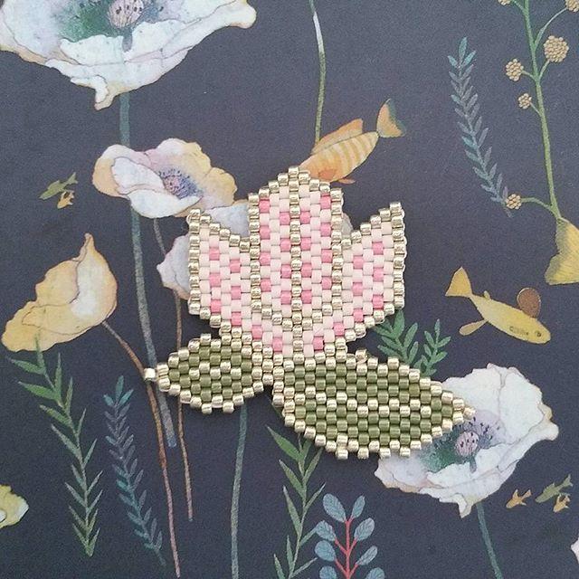 C 'est toujours le printemps : fleur et feuilles en broche…