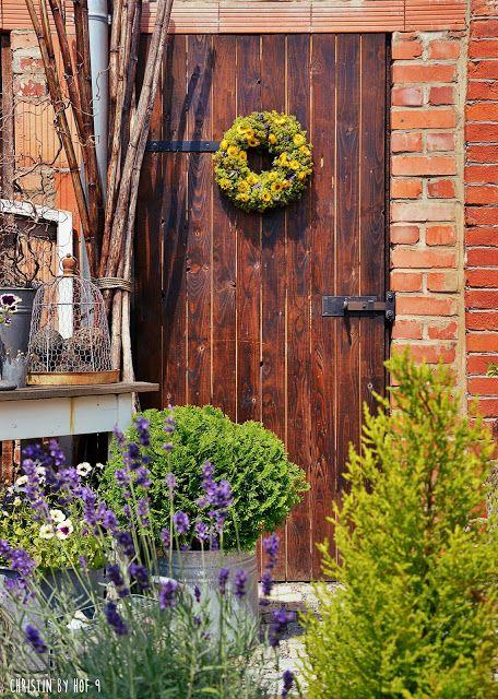 Hof 9: Die Strohblume zum Sonntag, der Kranz im Juli & der Innenhof in Gelb