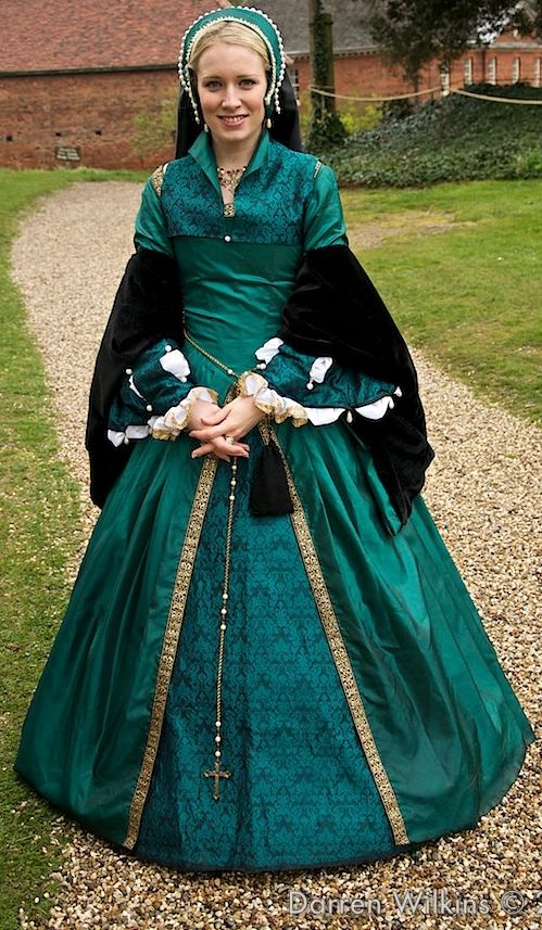 Tudor Costume. Love the color!! Id do a different botice but its still pretty