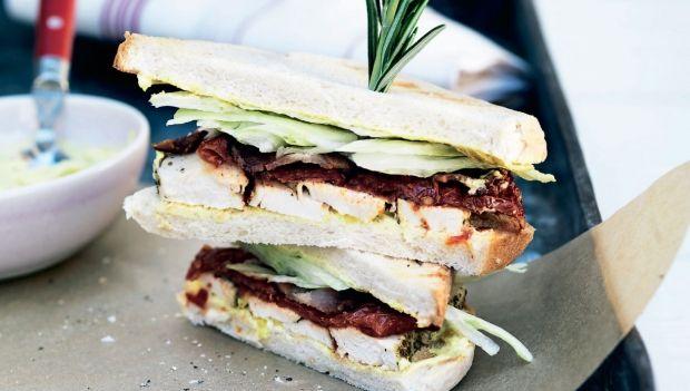 Denne uges hverdagsopskrifter byder på lækre hjemmelavede sandwich. Her får du opskriften på clubsandwich med rosmarin og hjemmelavet karrydressing