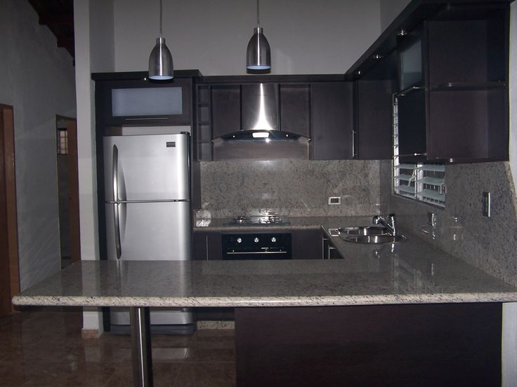 Cocina empotrada moderna color wengue tope en granito for Granito blanco real
