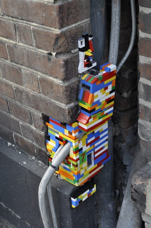 JAN VORMANN - Lego Street Art, Poland http://restreet.altervista.org/dispatchwork-larte-di-riparare-con-i-lego/