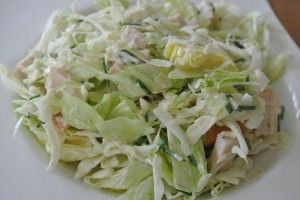 Witte kool salade met gerookte kip Hoofdgerecht * 10 min * 2p * simpel Benodigdheden: - 200 gr witte kool - 1/2 bosje bieslook - 1/2 krop sla - 2 eetlepels yofresh - 100 gr gerookte kip - citroensa...: