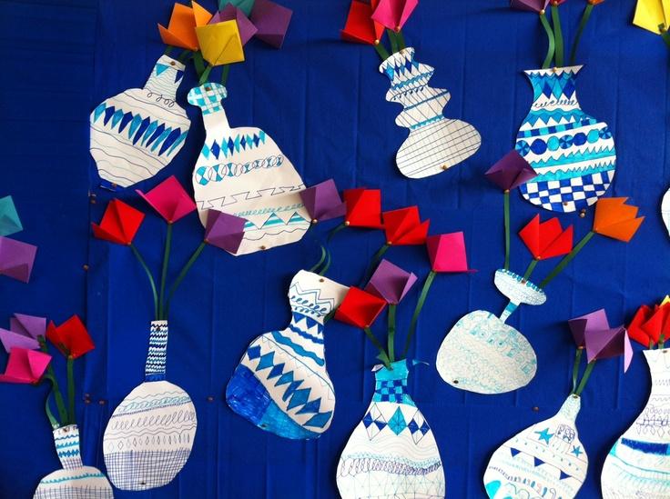 Nav het boek Delfts Blauw: een vaas voor de prinses hebben de kinderen (groep4) een vaas met patronen getekend. Daarna tulpen gevouwen...leuk resultaat!