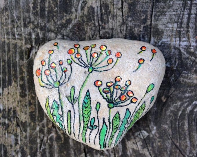 Piedra pintada a mano. Decoración para el hogar. Pintura rupestre. Piedra en forma de corazón. Piedras decorativas
