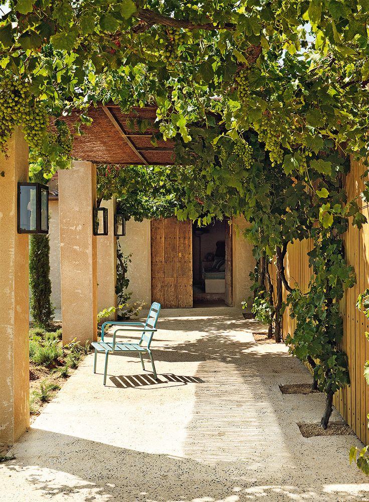 En el patio | El anticuario Serge Castella convirtió una cabaña abandonada en el paraíso de una pareja. En Pals, entre olivos centenarios, sus recuerdos de niño fueron la clave para llenar de belleza el espacio.