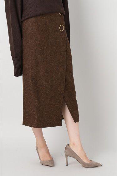 M.MARTIN Wrap スカート  M.MARTIN Wrap スカート 61560 ブラウンのツイード素材が新鮮なラップスカート ワントーンでスタイリングして今シーズン取り入れたい旬な着です M.MARTINエム マーティン すぐに取り入れやすいモードを提案してくれるマストバイブランド ファッションエディターの間で伝説のデニムと化したペーパーデニムの創始者のひとりアレックスギルバートとジェニファーノイズのデュオデザイナーによるモダンでエレガントなデザインがとても人気 取り扱いについては商品についている洗濯表示にてご確認下さい 店頭及び屋外での撮影画像は光の当たり具合で色味が違って見える場合があります 商品の色味はスタジオ撮影の画像をご参照下さい モデルサイズ:身長:165cm バスト:73cm ウェスト:58cm ヒップ:85cm 着用サイズ:36