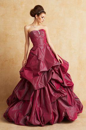 ゴージャス感のなかにも落ち着きが。赤がテーマカラーのお色直しドレスの参照一覧です♡