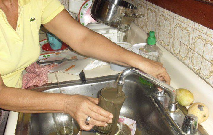 Venezuela no trata la mayoría de las aguas servidas En Venezuela, alrededor de 75% de las aguas servidas, no son tratadas, con lo cual se genera un importante problema de contaminación de los suelos y las fuentes de agua, además del desperdicio de este vital recurso que pudiera reutilizarse para otros fines.  http://wp.me/p6HjOv-3rg ConstruyenPais.com