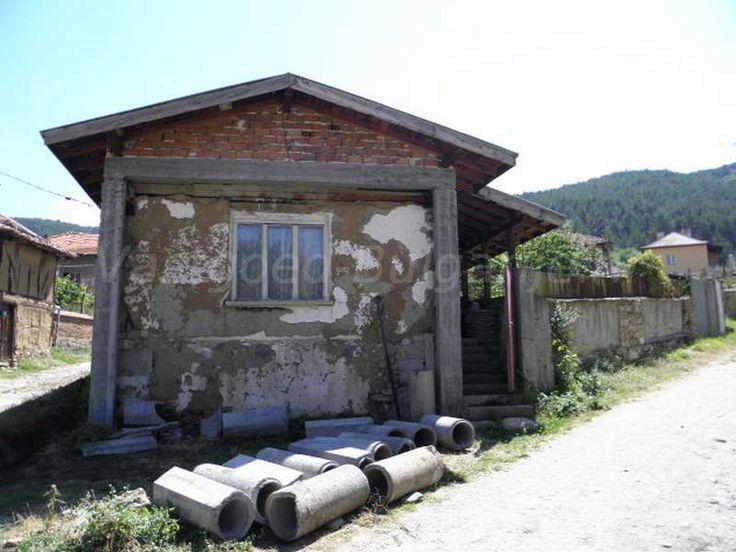 Huis (60m2) te koop in Saparevo  Te koop: te renoveren huis in Saparevo (nabij Sapareva Banya). Dit huis heeft nood aan een grondige renovatie mar bevindt zich op een uitstekende locatie in het Rila gebergte. Saparevo is een bergdorp vlakbij (2km) het bekende kuuroord Sapareva Banya waar ook de enige geiser van het Balkan...