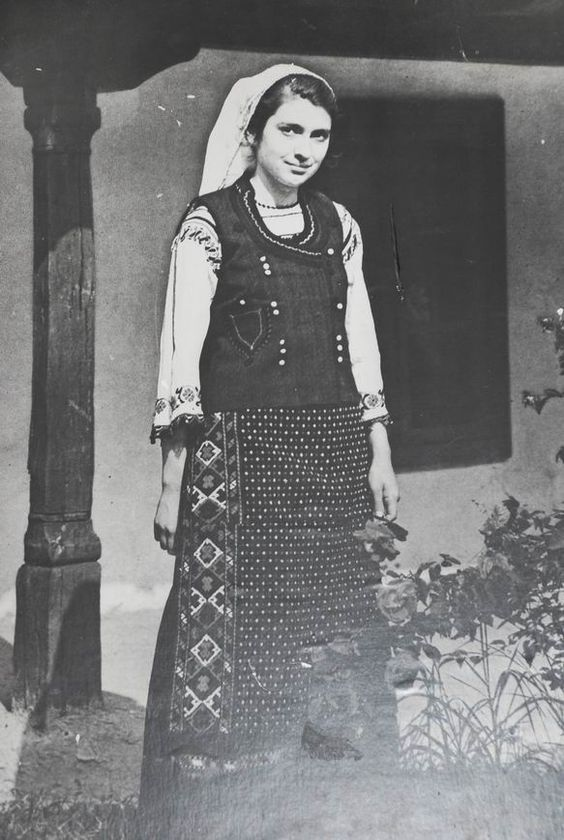 Traditional Romanian costume from Dobrogea. The apron is typical for the south of Dobrogea.