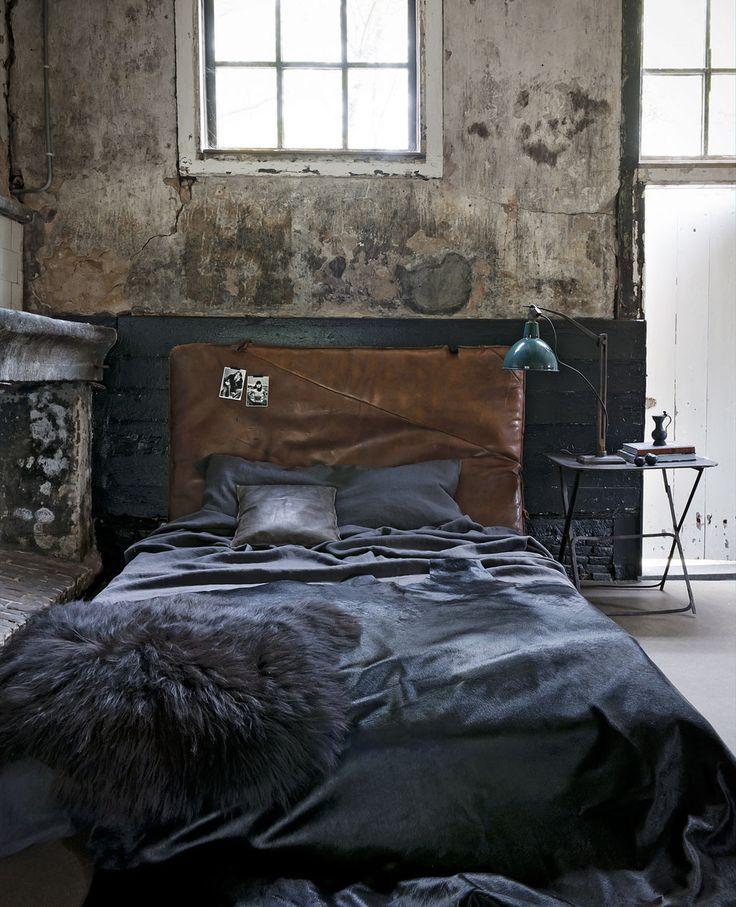 Bedroom interior inspiration | Rough walls | Dark blue bed | Leather head board | Leren hoofdeinde - vtwonen