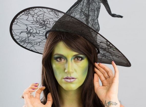 Que tal se transformar em uma bruxa malvada nesse Halloween? Você não vai precisar de mágica, só de maquiagem! Confira como fazer!