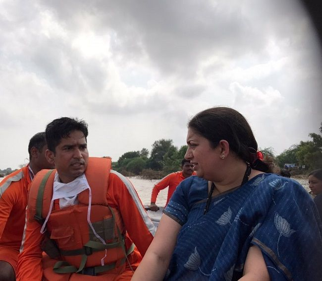 #Smriti #Irani visit #flood #affected regions of #Banaskantha http://www.gujaratheadline.com/smriti-irani-visit-flood-af…/ #Gujarat