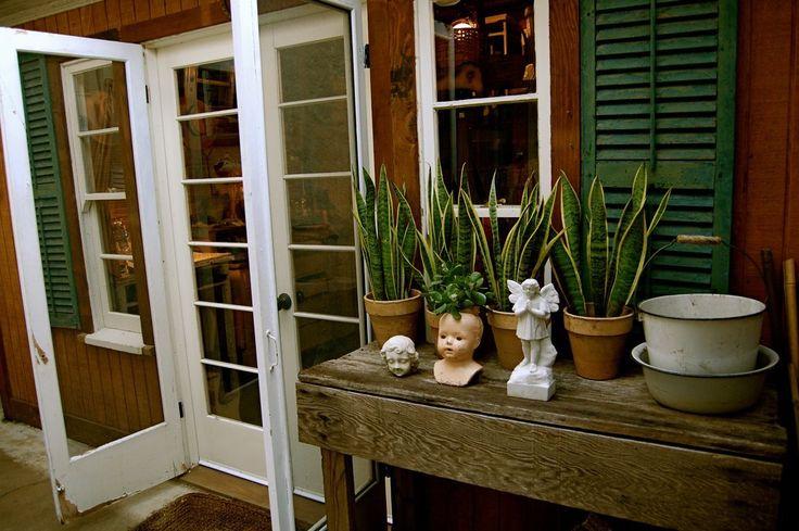 JSBH: luuuuurve. LOVE door, LOVE table, LOVE decor.