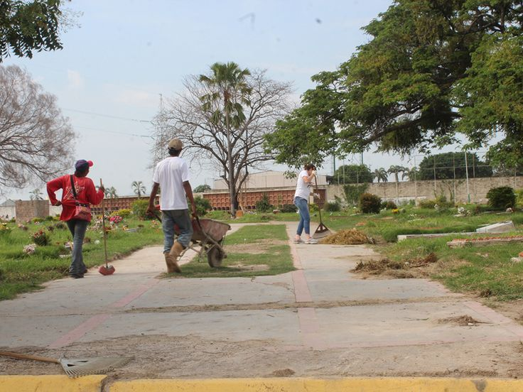 Cuadrillas de trabajadores se encuentran desplegadas desde hace varios días en el Cementerio Metropolitano de la ciudad de Maracay