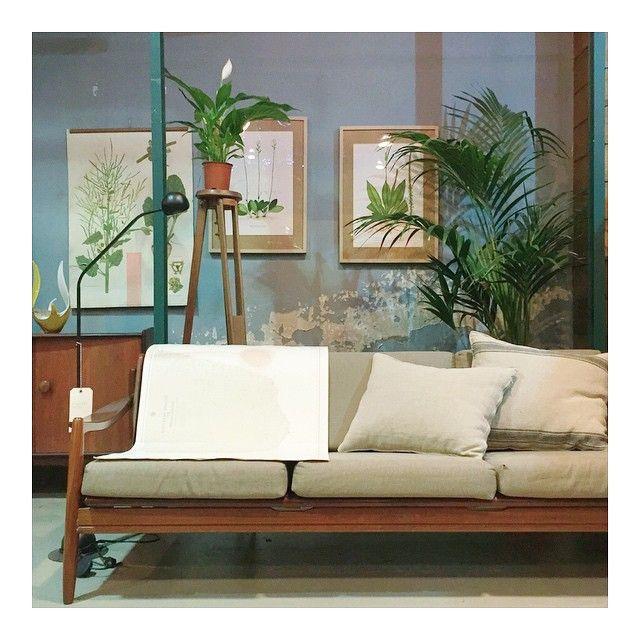 Hola hola! Hoy en @_the_nave_ descansamos!! Ayer movimos un trocito de la tienda para enseñaros este sofá danés original de los años 60 recien tapizado, unas cartas náuticas de Madagascar, ilustraciones de botánica de los años 60, un aparador inglés de los 60, una lámpara delicada y perfecta, y un trípode que será una lámpara, el desconchado de la pared viene de serie! Que tengáis muy buen día! Y nos vemos mañana en @_the_nave_ de 11 a 14:30 y de 17 a 21 #thenave #deco #design #diseño…