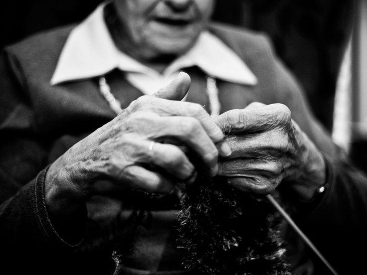 Documentaire fotografie zwart-wit rimpels handen breien Eindhoven. Foto door Marijke Krekels fotografie