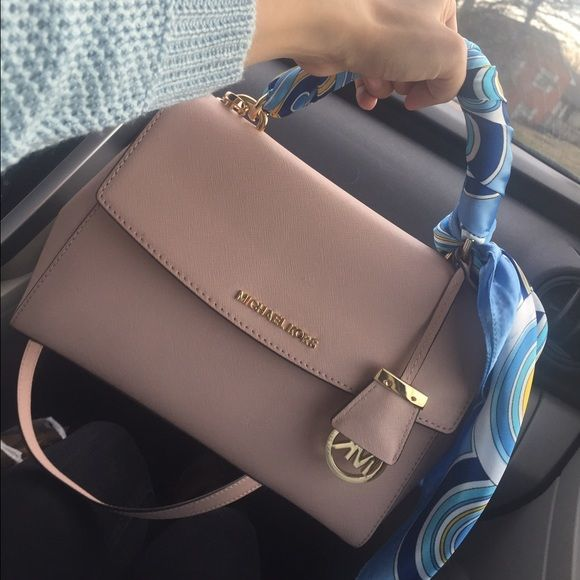 194b1d80e88 MK small Ava Almost new. Used only once. Ballet pink. Michael Kors Bags  Crossbody Bags   Paris Fashion Weeks in 2019   Michael kors bag, Handbags  michael ...