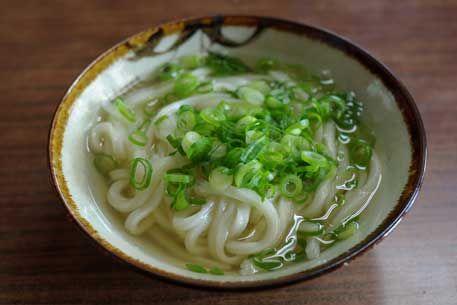 Kake udon (região de Kanto) ou Su udon (região de Kansai): servido quente com cebolinhas picadas e kamaboko (pasta de peixes grelhados).