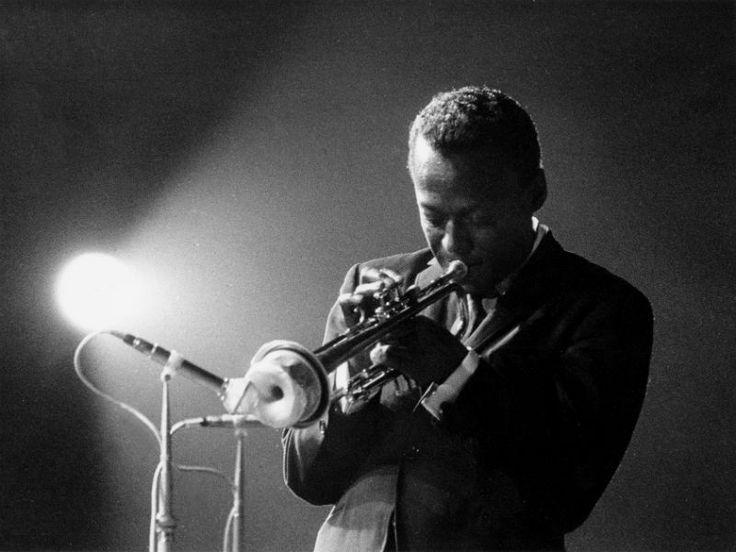 """No domingo, 7, às 17h30, o Centro da Cultura Judaica realiza o quinto show da série Jazz ao Pôr do Sol, dessa vez em homenagem a Miles Davis. O projeto sempre traz um solista para tocar ao lado do Lelo Izar Trio.Neste show, o músico convidado é Walmir Gil (Trompete e Flugelhorn), um dos maiores...<br /><a class=""""more-link"""" href=""""https://catracalivre.com.br/geral/agenda/gratis/miles-davis-e-homenageado-em-show-no-centro-da-cultura-judaica/"""">Continue lendo »</a>"""