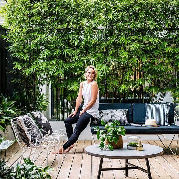 In de tuin van Eve vind je heel veel leuke ideeën! Zo is de achterste schutting voorzien van een grote spiegelwand met daar voor mooie bamboe planten. Bekijk de hele tuin via link in bio. 🌿 #tuin #tuininspiratie #garden #gardenideas #gardenlife #gardenlove #outdoor #outdoors #outdoorlounge #outdoorinspiration #tuintje #tuinidee #tuinaanleg #tuinontwerp
