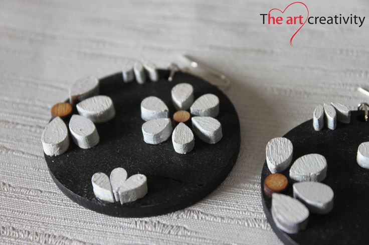 Orecchini in legno con fiori. #nero #bianco #orecchini #handmade #fattoconilcuore #legno #orecchini #flower
