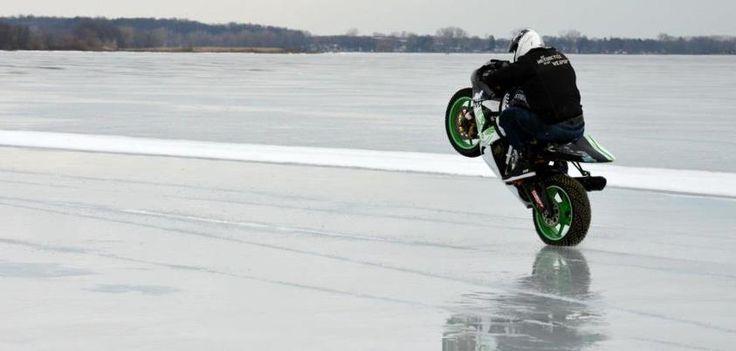 Motocyklem polodzie – rekord prędkości! Najszybsze wheelie na lodzie!