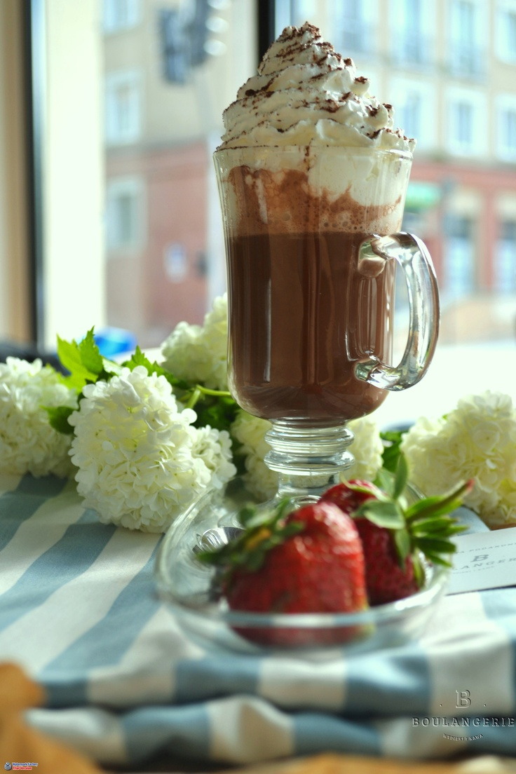Gorąca czekolada z bitą śmietaną i szczyptą czekolady. 6 zł