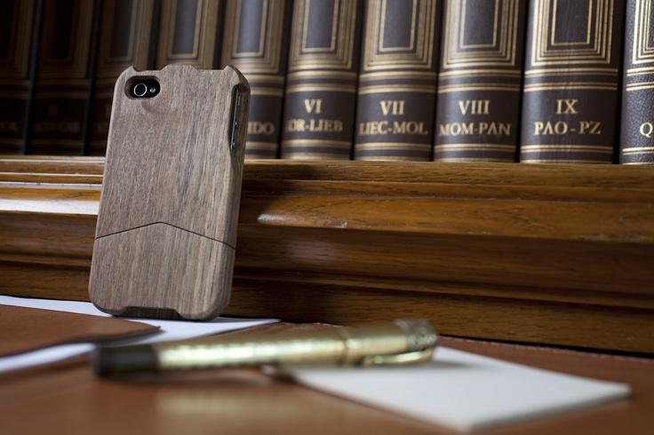 Nutty cover per iPhone4/4s Il legno riesce a regalare una sensazione avvolgente capace di confondere, di pacificare e di stimolare tutti i nostri sensi. Per questo motivo abbiamo voluto unirlo alla nostra vita tramite il design.  Un Design raffinato e unico, capace di trasformare un oggetto in un'esperienza che investe tutta la nostra percezione.