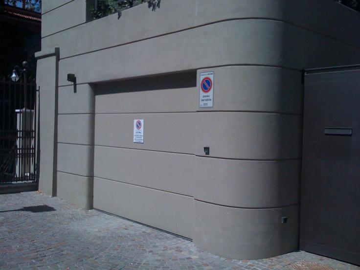 Sezionale Mod. LPU40 inserito in un contesto di facciata continua. La particolarità è che il portone è stato intonacato come la muratura.