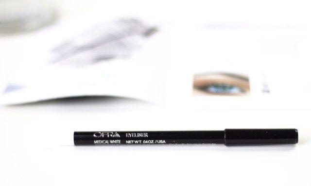 Een waterline eye pencil is speciaal bedoelt om aan te brengen in je waterlijntje (het lijntje onder je oog en boven je wimperrand). Deze oogpotlood van OFRA, een superfijn merk trouwens, is zuiver wit.